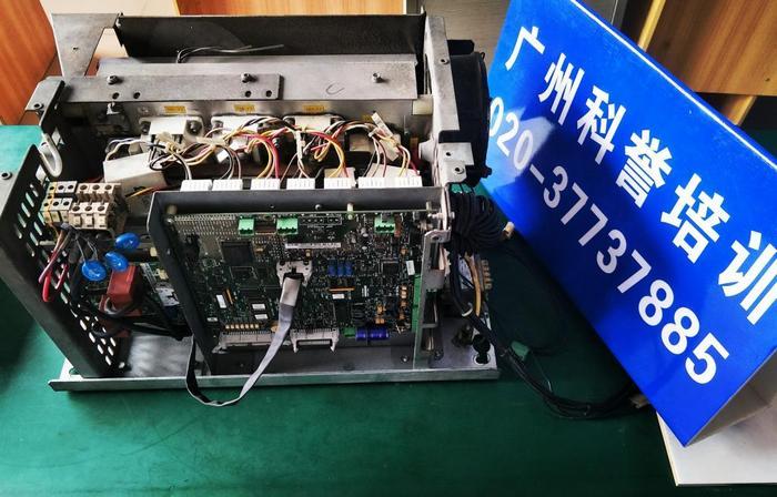 带有广州科誉培训字样的V3F25变频器.jpg
